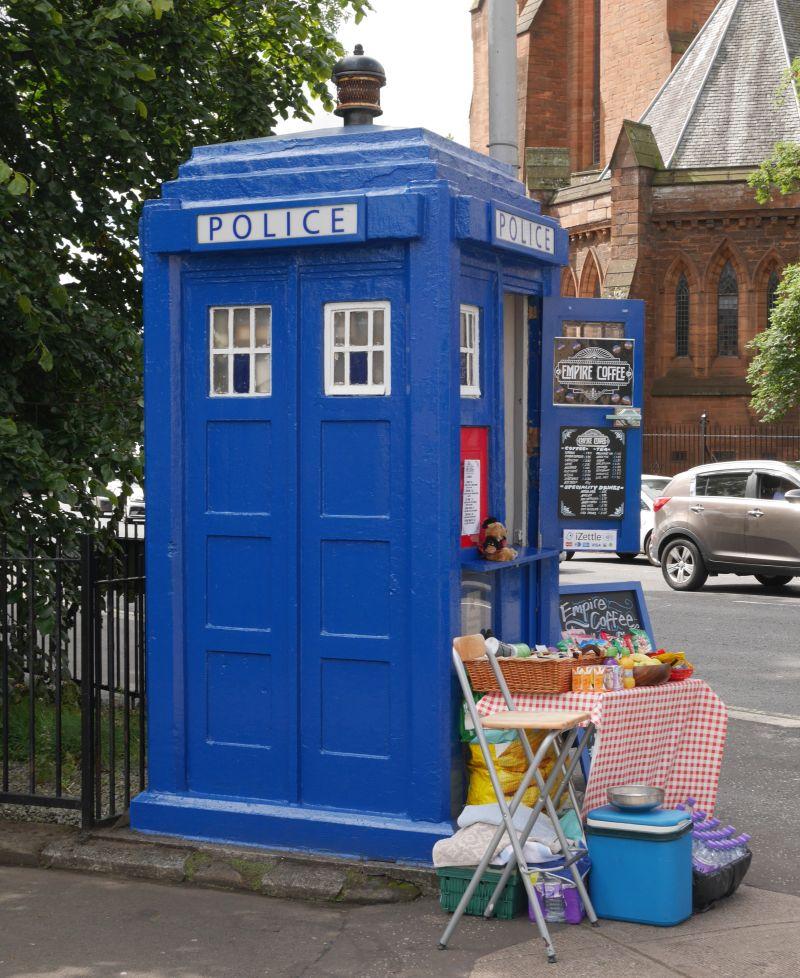 Tagesausflug nach Glasgow, blaue Polizei Häuschen