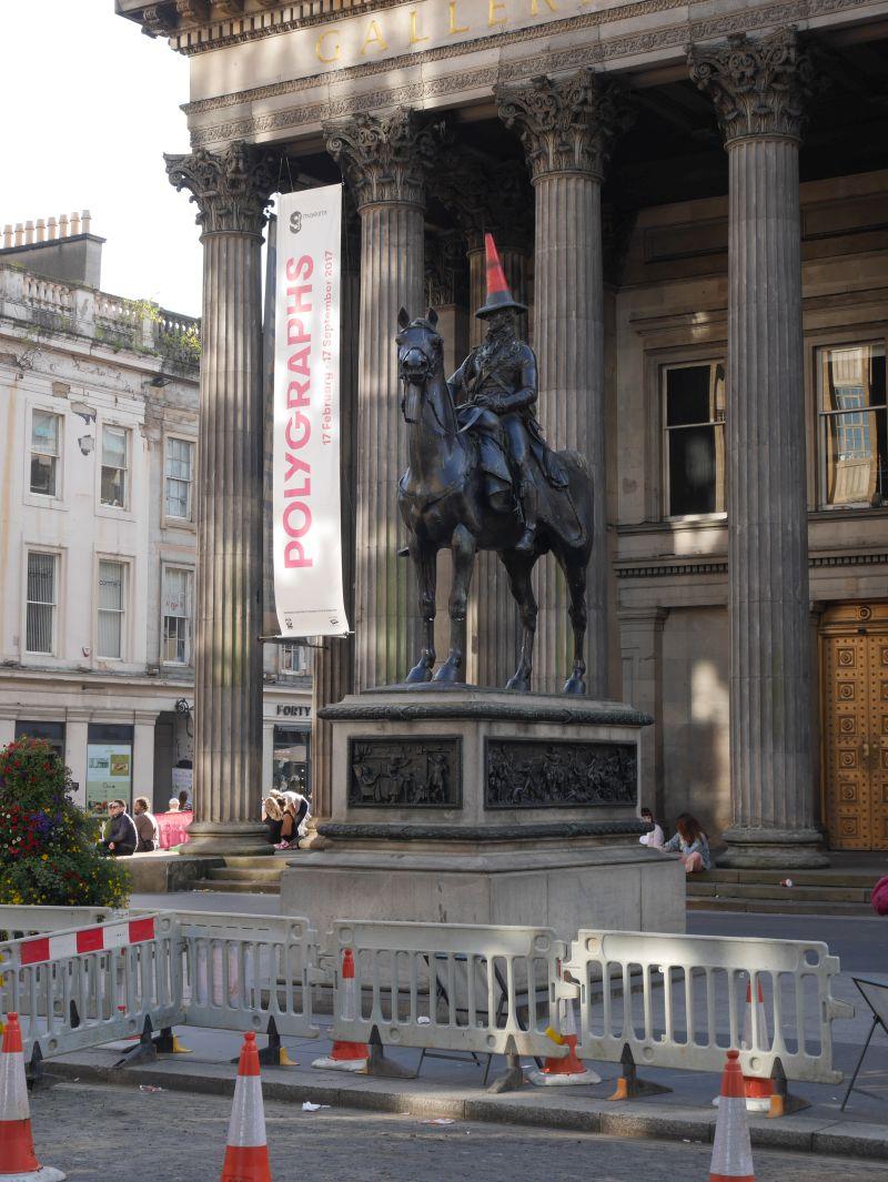 Tagesausflug nach Glasgow mit Kindern, Denkmal mit Pylone auf dem Kopf, Duke of Wellington