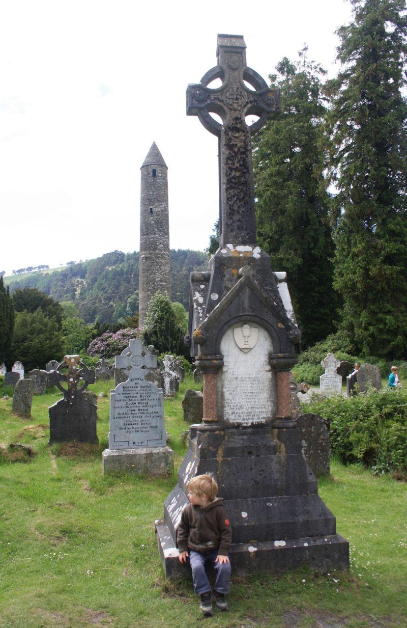 Roadtrip nach Irland mit Kindern, Kloster Glendalough, Friedhof, keltisches Kreuz
