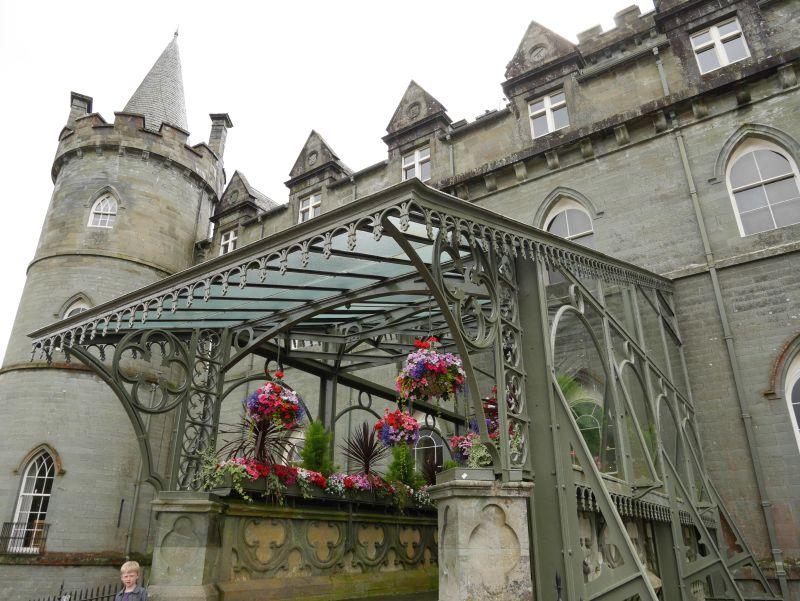 Inveraray Castle Eingang mit Stahlkonstruktion und Blumen
