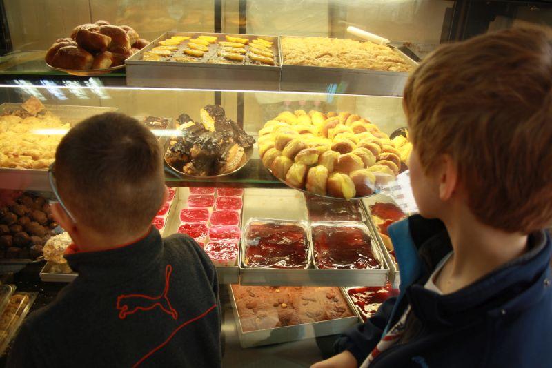 Kuchen beim Albanischen Bäcker, Urlaub in Albanien mit Kindern