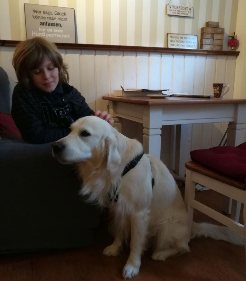 Hund in Lembergs Konditorei Fulda mit Kindern