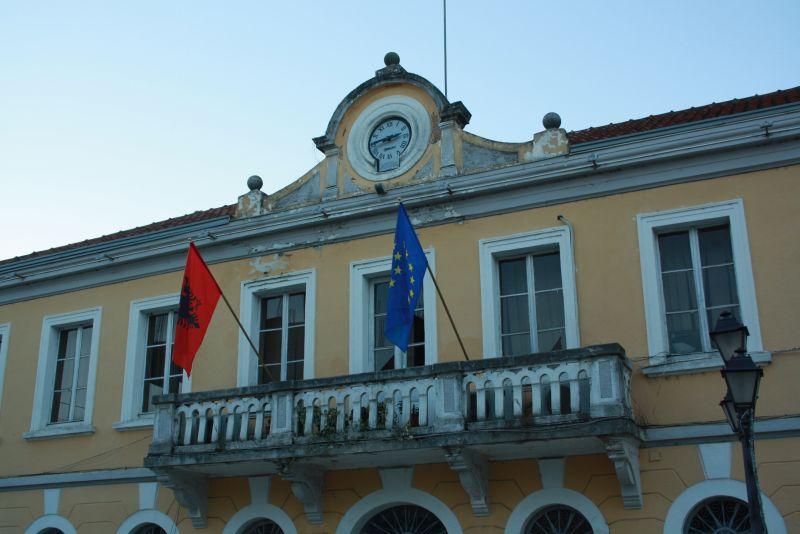 Albanien und EU Flaggen