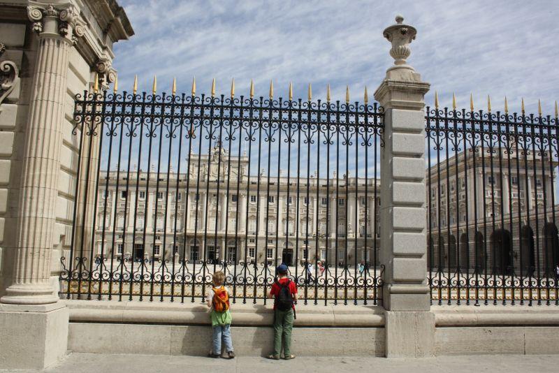 Die Jungs vor dem spanischen Königspalast in Madrid.