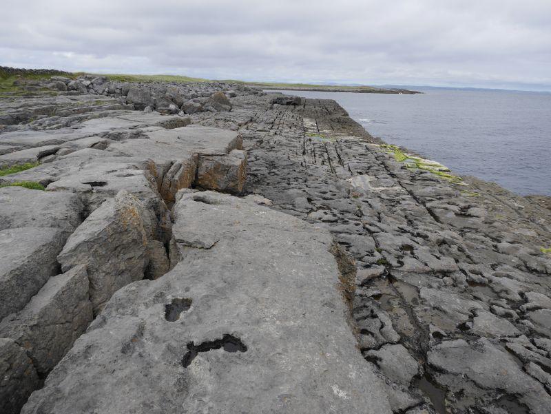 aran islands, inishmore, steine mit schienen