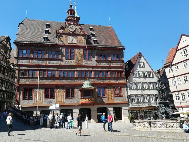 Rathaus Tübingen mit Kindern