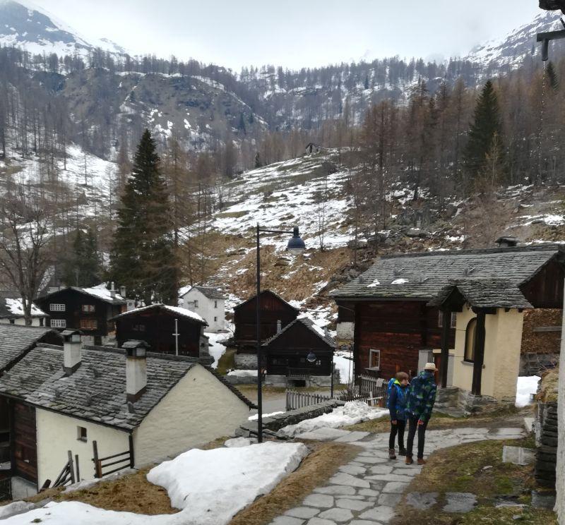 Schweiz, Tessin, Bosco Gurin mit Kindern