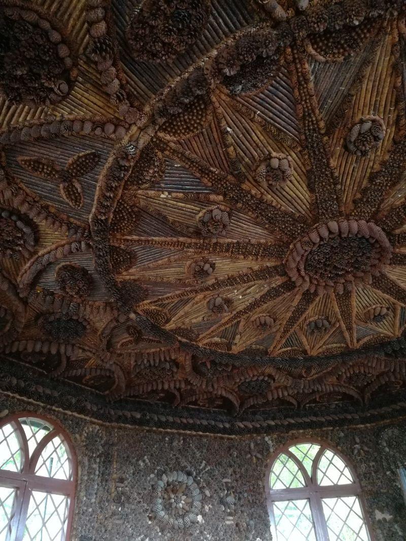 Brodick Castle Bayerisches Gartenhaus mit Tannenzapfen an der Decke