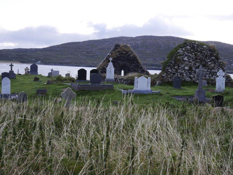 Ein heute noch benutzter Friedhof neben einer uralten Klosterruine am Meer