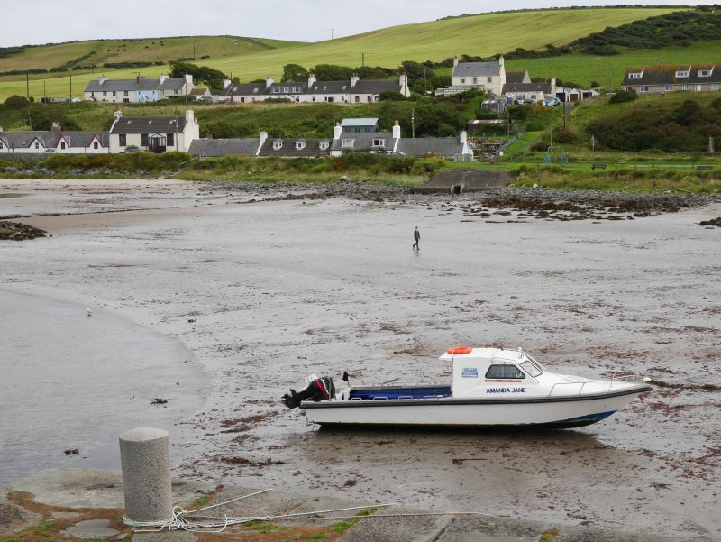 Port Logan Galloway Schottland, Strand mit Boot