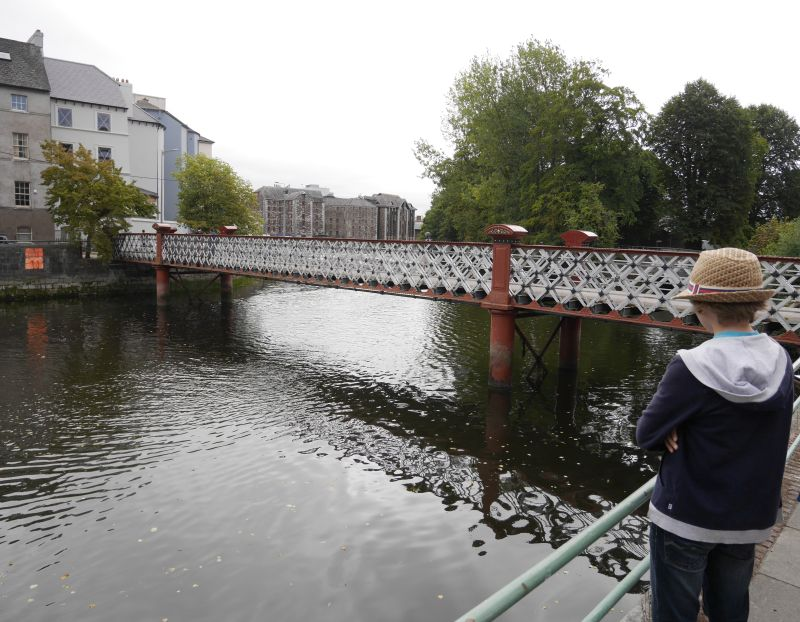 cork mit Kind am River Lee