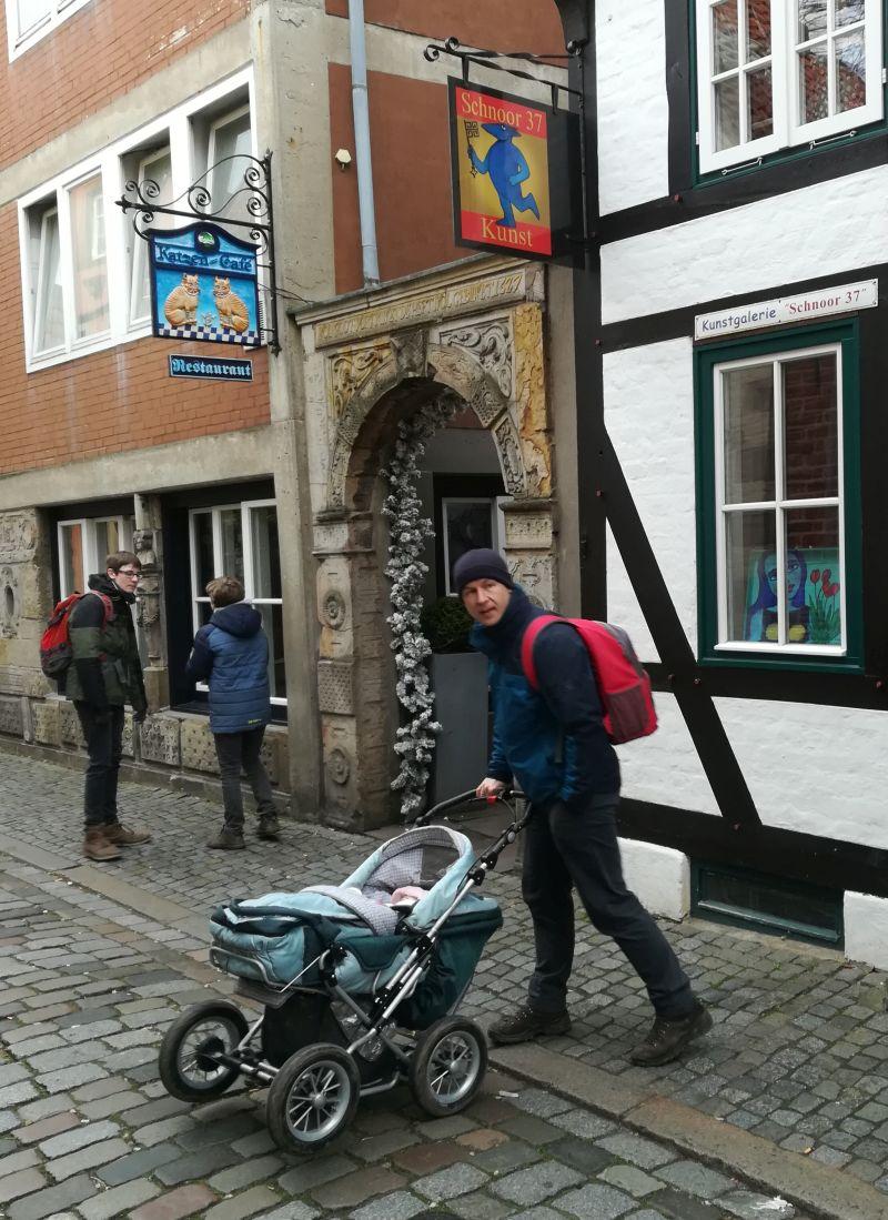 Bremer Schnoorviertel mit Baby