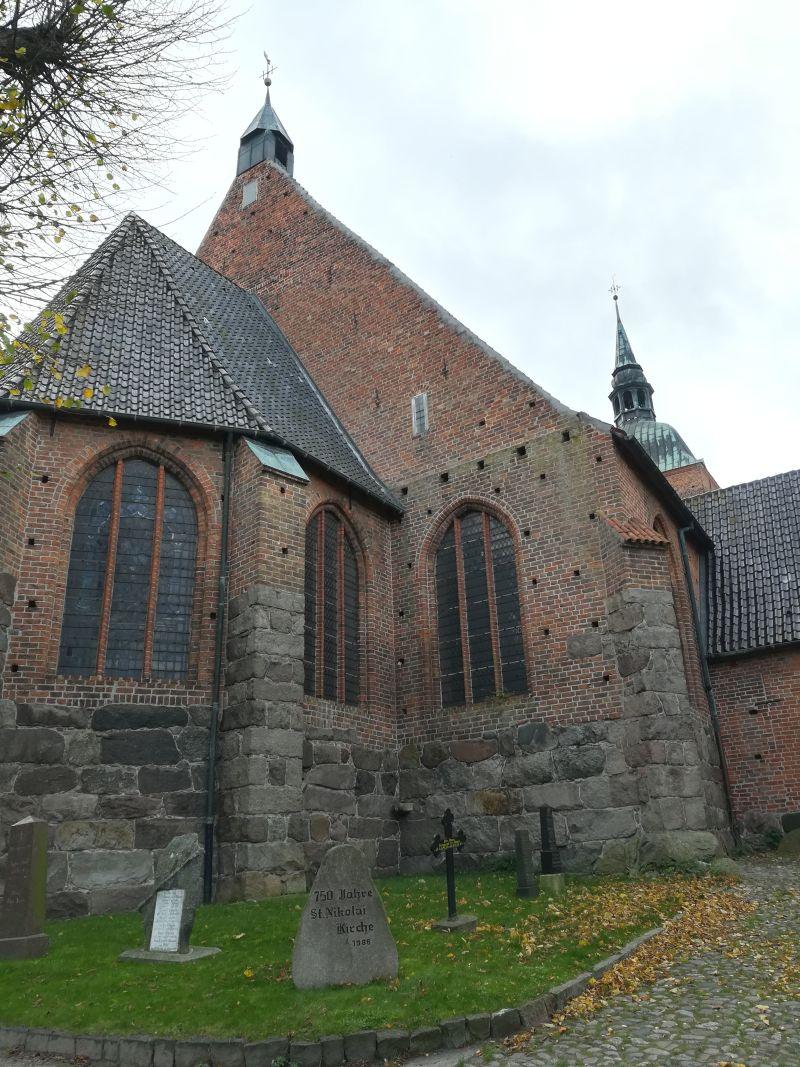 Von der Innenstadt aus zeigt sich St. Nikolai mit der Rückseite zuerst.