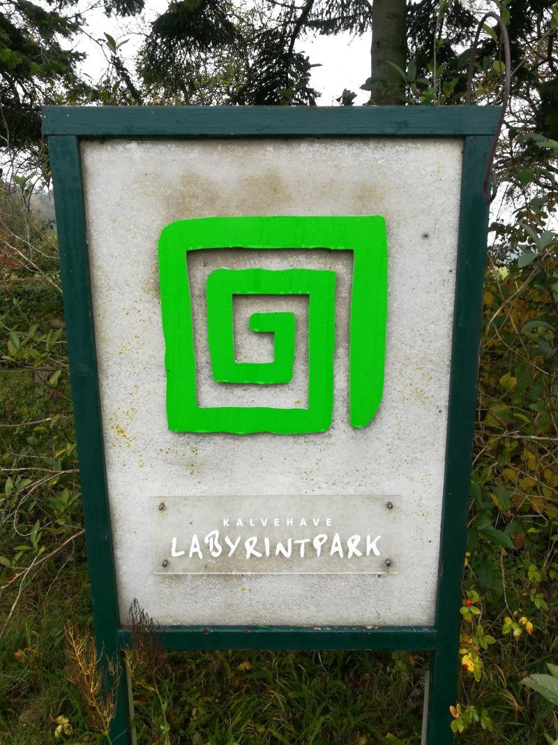 kalvehave labyrinth park dänemark schild