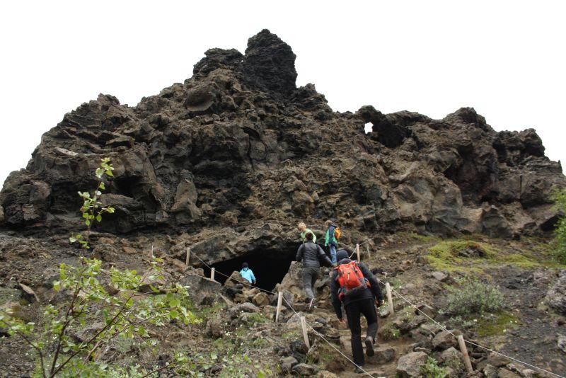 Dimmuborgir Wanderweg mit Höhle und Durchgang