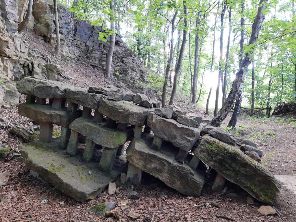 steinzeichen steinbergen skulpturen