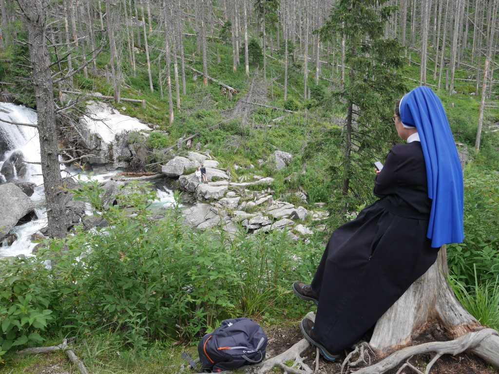 hohe tatra slowakei nonne mit handy