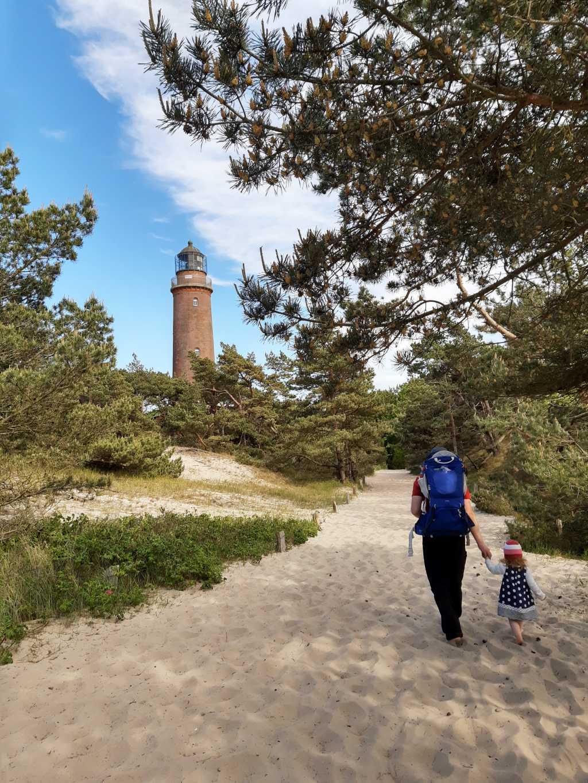 fischland-darss-zingst leuchtturm mit kleinkind
