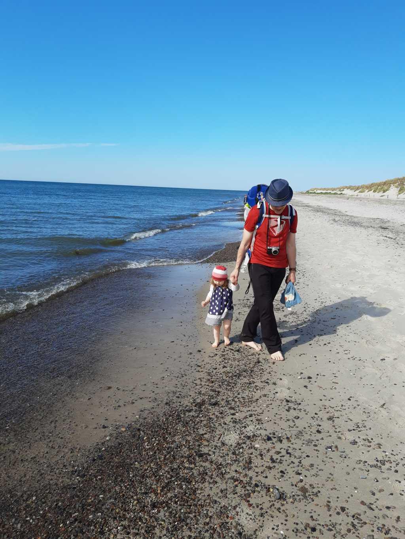 strand darßer ort mit kleinkind