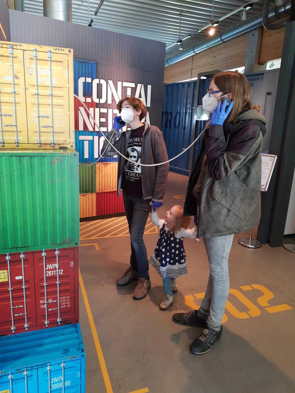 wilhelmshaven jadeweserport ausstellung mit kleinkind und teenagern