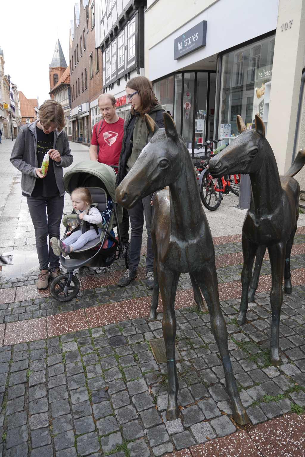 verden mit kindern pferdedenkmal